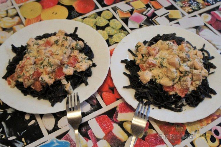 Рецепты: Черная паста со сливочной форелью