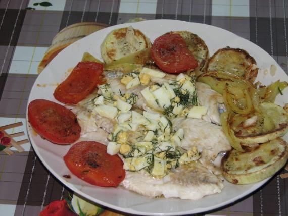 Рецепты: Филе судака, жареное под польским соусом с овощами