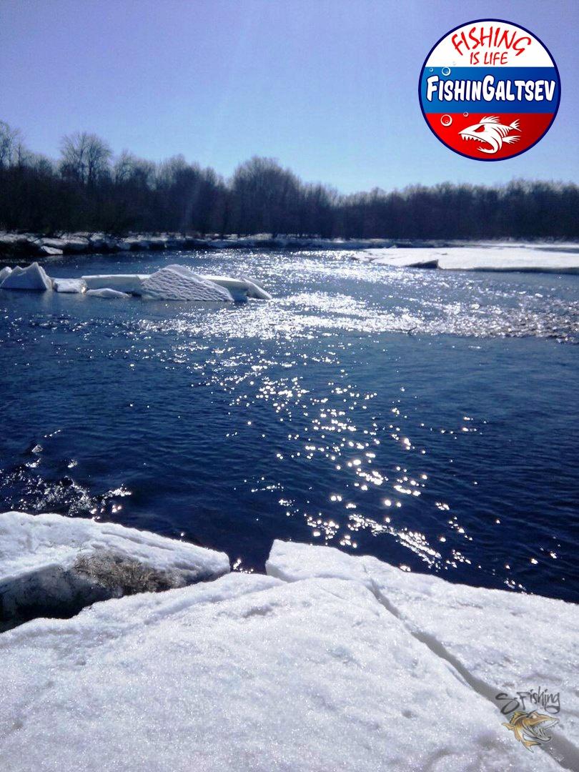 Обломки льда плывут по реке