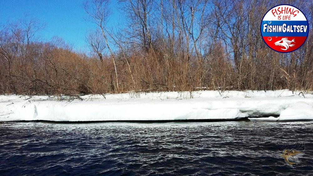 Лед нависает над рекой