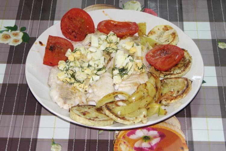 Филе судака, жареное под польским соусом с овощами