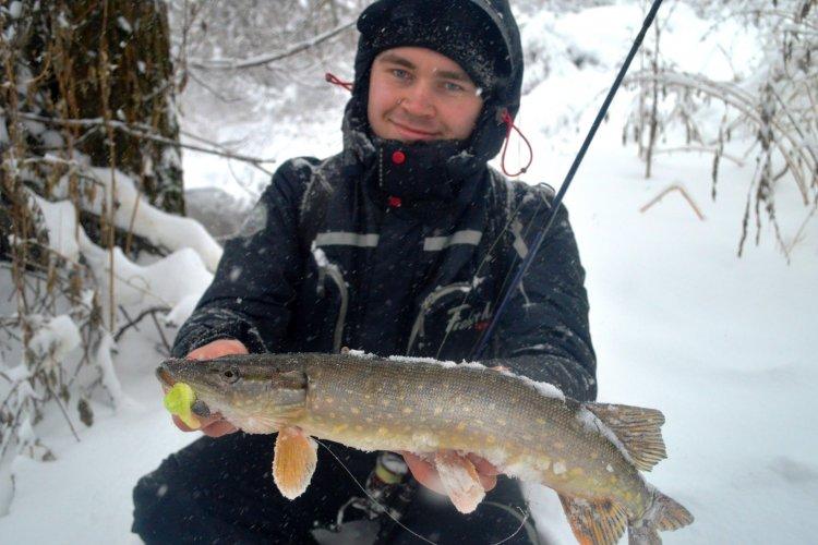 Рыбалка на малой реке в снегопад