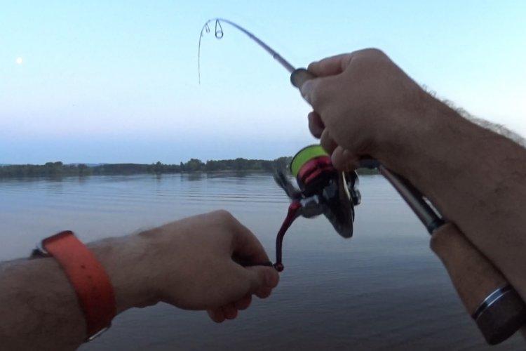 Вечерняя рыбалка на спиннинг в жаркий летний денёк