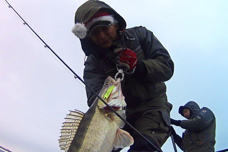 Ловля судака на вибы перед Новым годом! Рыбалка в мороз и ветер